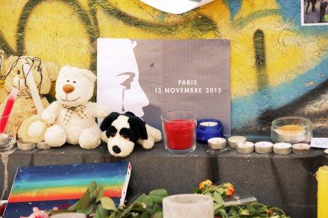 Des objets déposés par les passants à un mémorial de la place de la République, à Paris.